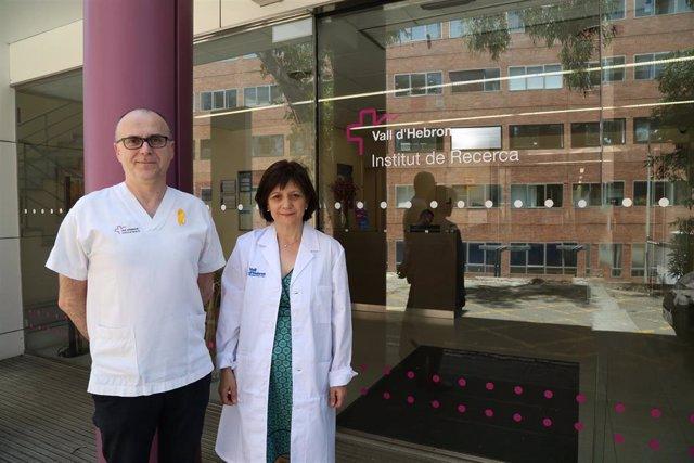 Investigadores ante el Vall d'Hebron Institut de Recerca (VHIR)