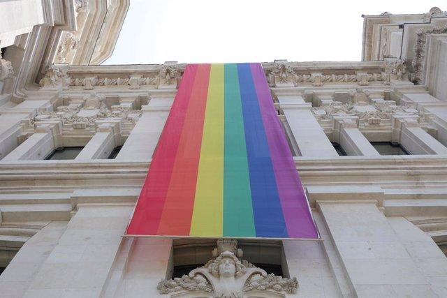 Bandera LGTBI colacada en la parte izquierda de la fachada del Palacio de Cibeles, sede del Ayuntamiento de Madrid, durante las fiestas del Orgullo Gay 2019.