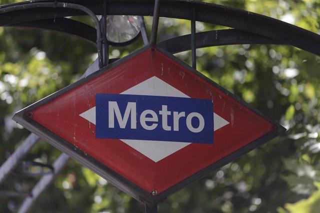 Cartel del metro de Madrid en una estación de la capital.