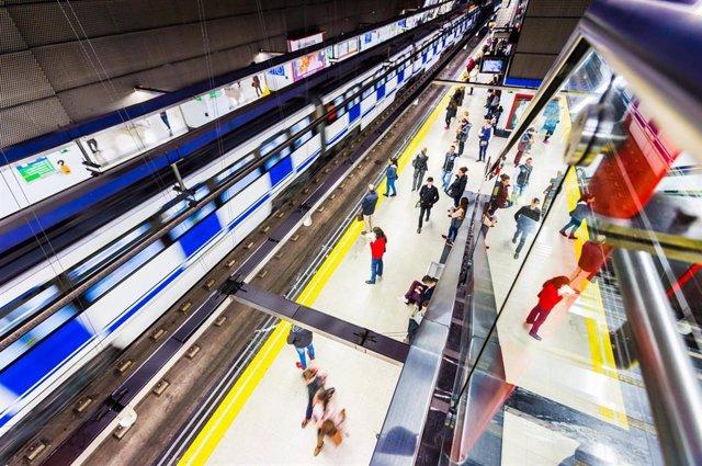 Imagen de archivo de viajeros de Metro de Madrid esperan un tren en el andén de la estación.