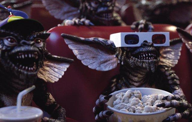 Tal día como hoy pero hace 31 años llegaban a los cines Gremlins. Y es que, aunque la primera aventura cinematografica del pequeño y adorable Gizmo y sus perverso clones esté ambientada en Navidad, la cinta de Joe Dante se estrenó en los cines estadounide