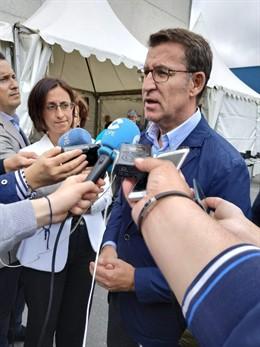 El presidente de la Xunta, Alberto Núñez Feijóo, en declaraciones a los medios en Outeiro de Rei (Lugo).
