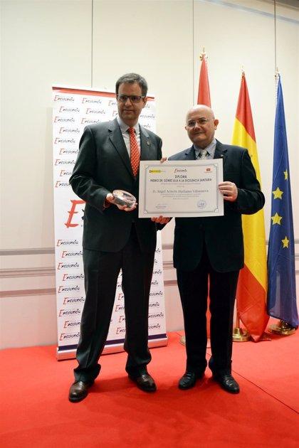 El director general de Farmacéuticos Sin Fronteras recibe el premio a la 'Excelencia Sanitaria'