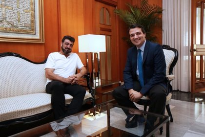 El alcalde de la ciudad mantiene un encuentro institucional con el secretario general de UGT-Córdoba