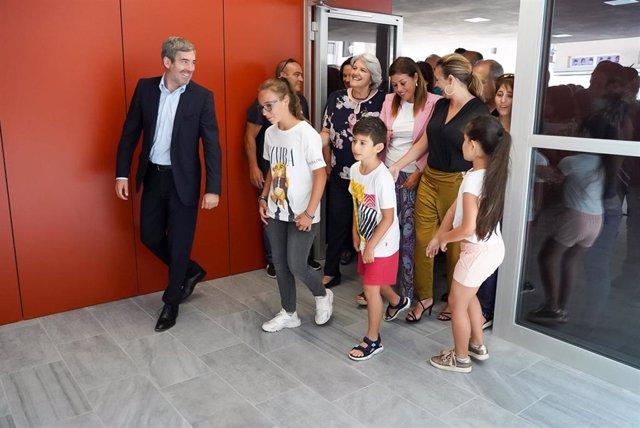 El presidente del Gobierno de Canarias, Fernando Clavijo, en el acto de presentación del nuevo colegio 'La Destila' en Arrecife (Lanzarote), junto a niños que estarán en el colegio el próximo curso 2019/2020 y representación política isleña