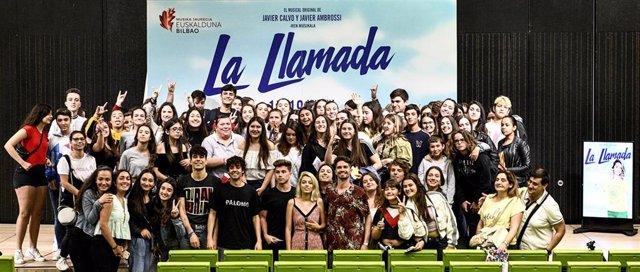 Fotografía de los protagonistas y responsables de La Llamada con los fans en Bilbao
