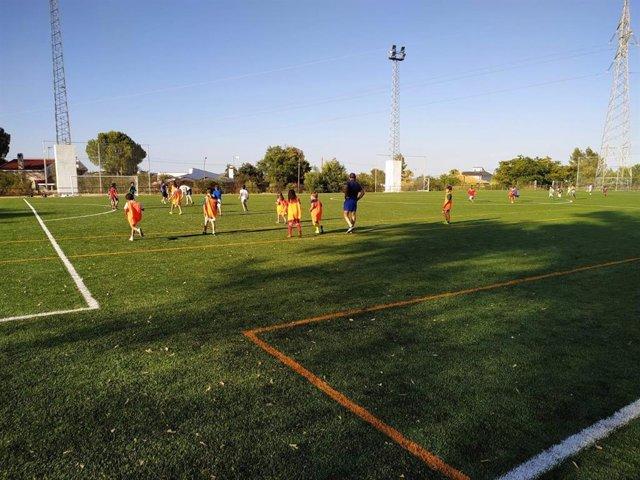 Jóvenes jugando en el nuevo campo de césped artificial en Guillena