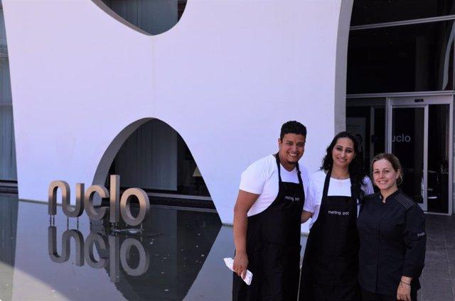 Los cocineros marroquíes Atik Katir y Fatna Hilali junto a la chef de Nuclo, Eva García