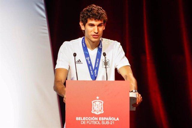 El capitán de la Selección Española Sub 21, Jesús Vallejo, durante su intervención en el acto de recepción a los campeones del Europeo Sub 21.