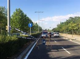 Señalización del corte de la Avenida de Salamanca de Valladolid provocado por un socavón.