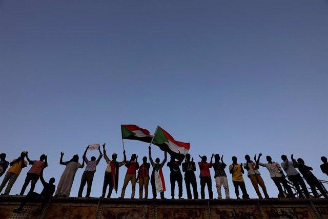 Manifestantes delante del Ministerio de Defensa en Jartum