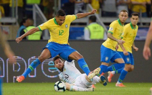 Messi cae al suelo en el Brasil - Argentina