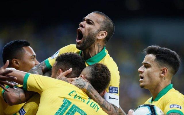 Dani Alves celebra la victoria de Brasil