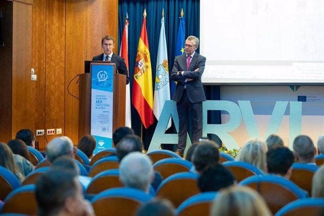 El presidente de la Xunta, Alberto Núñez Feijóo, y el presidente de la Cooperativa de Armadores de Pesca del Puerto de Vigo (ARVI), Javier Touza, durante la VI Conferencia Internacional ARVI sobre el Futuro de la Pesca