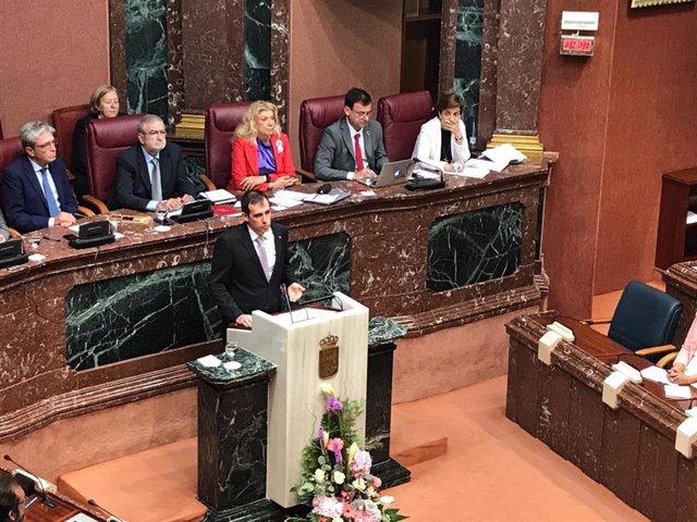 El portavoz de VOX en la Asamblea, Juan José Liarte, durante su intervención en el debate de investidura