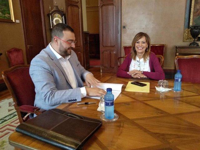 Reunión entre el candidato a la presidencia del Gobierno del Principado, el socialista Adrián Barbón y la diputada de IU, Ángela Vallina.