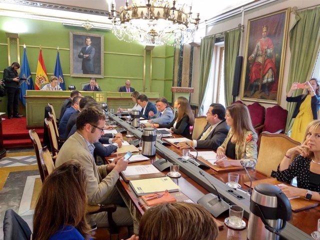 Concejales del PP y Cs en el pleno del Ayuntamiento de Oviedo.