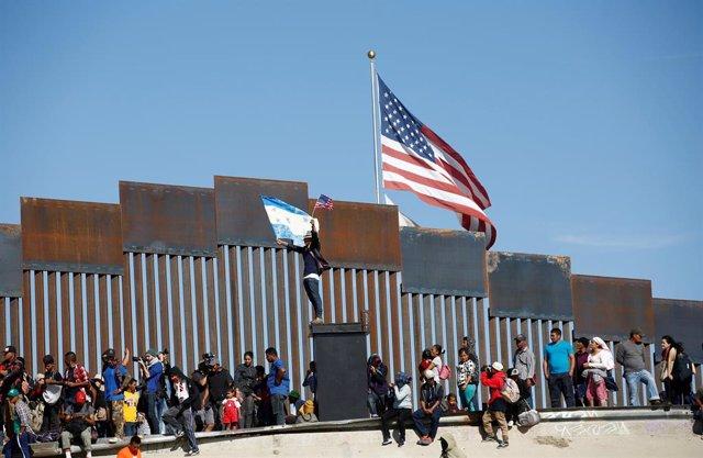 Migrantes hondureños en la frontera de México con Estados Unidos