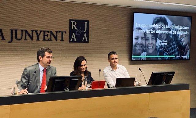 El vicepresidente ejecutivo de Roca Junyent, Joan Roca, la directora de Vodafone en Catalunya y Aragón, Laura Molist, y el director de la zona ibérica de Scheneider Electric, Josu Ugarte.