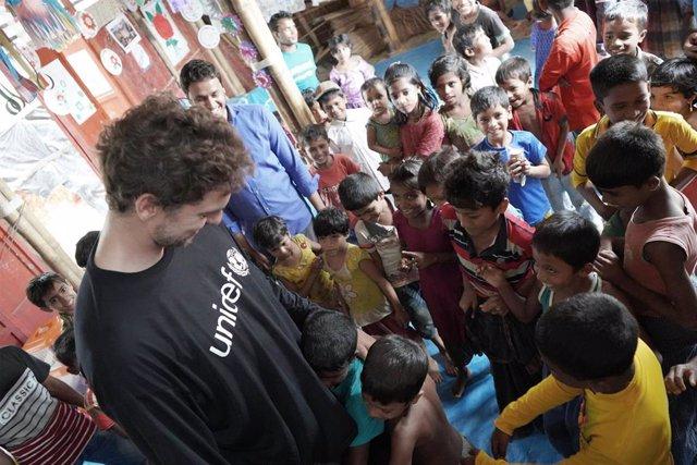 Pau Gasol con niños de un campamento de refugiados rohingya en Bangladesh