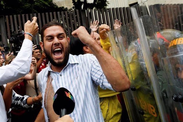 El partido opositor venezolano Primero Justicia (PF) ha denunciado este martes la detención del líder estudiantil Juan Requesens y de su hermana, Rafaela, presidenta de la Federación de Centros Universitarios (FCU) de la Universidad Central de Venezuel