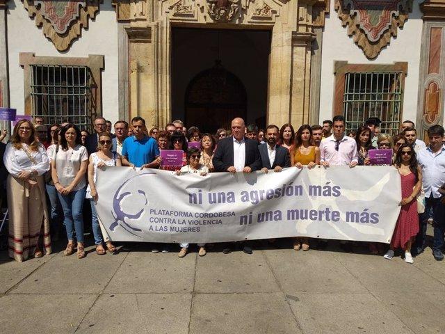 Antonio Ruiz (centro) encabeza la manifestación silenciosa ante la Diputación
