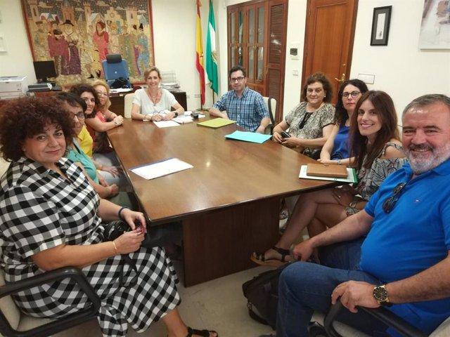 Troncoso (al fondo) se reúne con los responsables de los centros públicos rurales