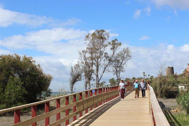 Ciudadanos pasean por la senda litoral en el municipio malagueño de Estepona