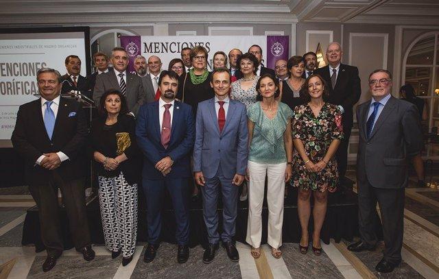 Los ministros Pedro Duque y Reyes Maroto, con los premiados con las XIX Menciones Honoríficas del Colegio Oficial de Ingenieros Industriales de Madrid (COIIM)