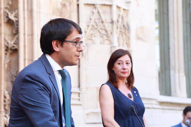 El conseller de Modelo Económico, Turismo y Trabajo, Iago Negueruela, con Francina Armengol