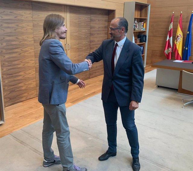 El procurador de Podemos en las Cortes de Castilla y León (izda) y el presidente del Parlamento regional, Luis Fuentes, se saludan antes de la reunión que han mantenido.