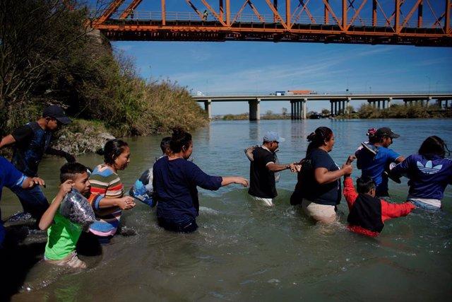 Caravana de migrantes centroamericanos cruzan Río Bravo, en México