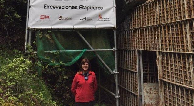 La investigadora de la UMH en la entrada a Atapuerca.