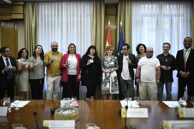 La ministra de Sanidad en funciones, María Luisa Carcedo (centro de la imagen), durante su reunión con los colectivos LGTBI y entidades de VIH y sida para coordinar la distribución de preservativos dentro de la campaña #SiemprePreservativo.