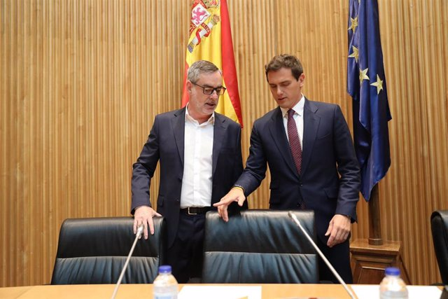 (I-D) El secretario general de Ciudadanos, José Manuel Villegas, y el presidente de la formación naranja, Albert Rivera, durante la primera reunión de los diputados electos del partido liberal.