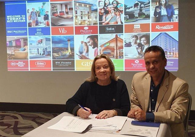 Suzi Yoder, vicepresidenta de operaciones internacionales de la cadena, y Cesar Ron