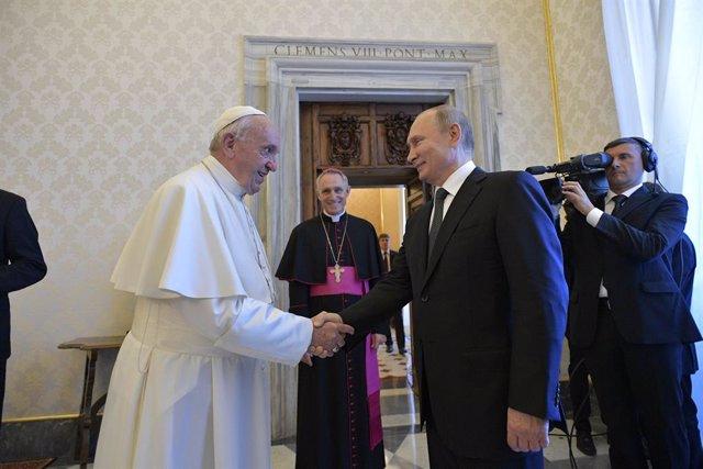 Russian President Vladimir Putin meets Pope Francis at the Vatican