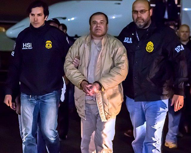 El Chapo detenido, escoltado por dos policías