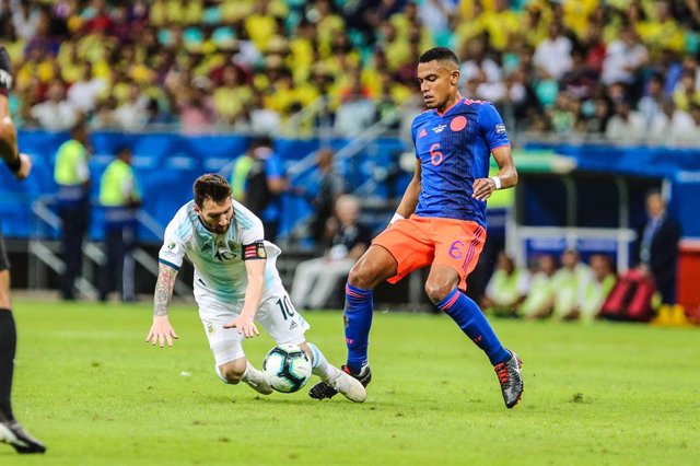 15 June 2019, Brazil, Salvador: Argentina's Lionel Messi and Colombia's  William Tesillo in action during the Copa America 2019 Group B soccer match between Argentina and Colombia at the Itaipava Fonte Nova Arena. Photo: Geraldo Bubniak/ZUMA Wire/dpa