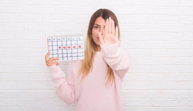Mujer con un calendario de días de regla.