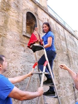 Operarios retiran de la hornacina de Santo Domingo la réplica de la imagen de San Fermín