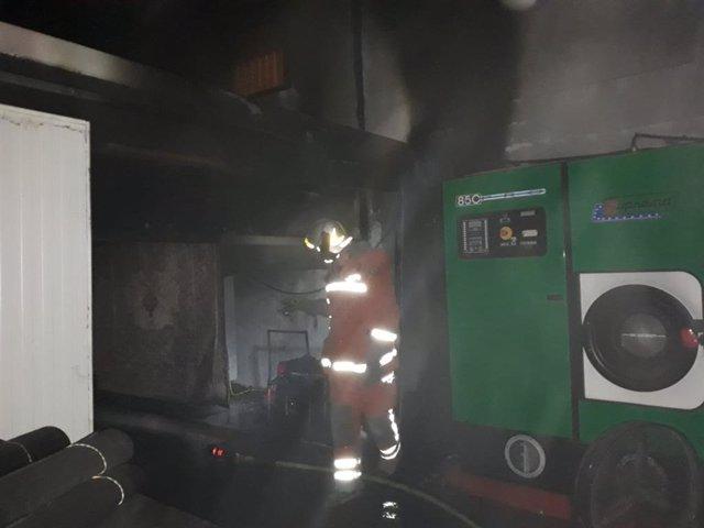 Incendio en una nave de limpieza de alfombras en Aldaia