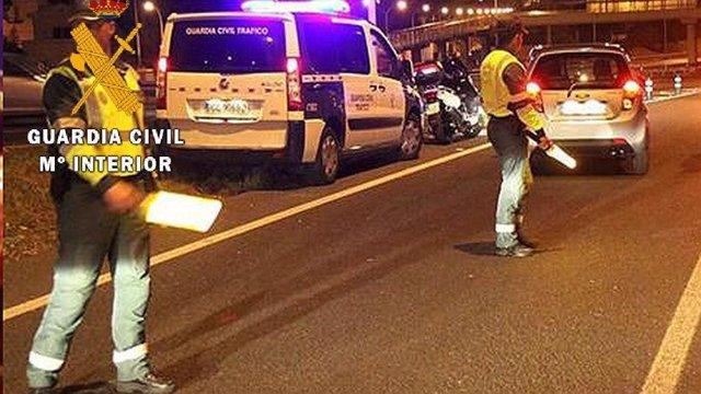 Guardias civiles practicando controles de alcoholemia