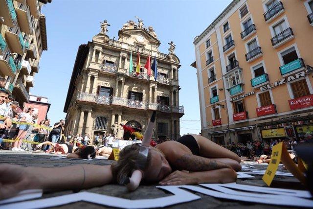 Protesta en Pamplona de PETA y AnimaNaturalis en contra de la tauromaquia