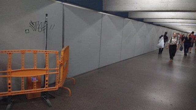 Un aparato medidor de la calidad del aire en el pasillo que conecta la L3 y la L4 de la estación de Metro de Passeig de Gràcia