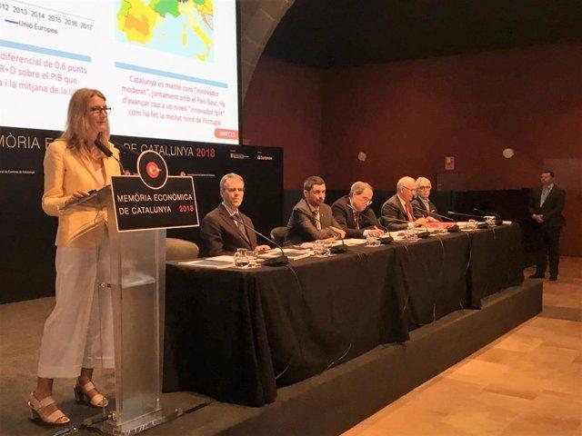 La directora de la Memoria Económica, Carme Poveda, durante la presentación de la Memoria Económica de Catalunya 2018