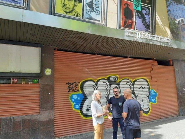 La portaveu de Cs a l'Ajuntament de Palma, Eva Pomar, i el regidor Alejandro Escriche, en una visita als cinemes 'Metropolitan Palace' del barri de Pedro Garau