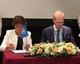 La doctora Piroska ?stlin, Directora interina de la OMS para Europa, y el Sr. Dmitry Kostennikov, Viceministro de Salud de la Federación de Rusia
