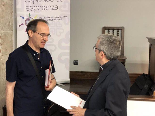 El presidente de Cáritas Autonómica de Castilla y León, Antonio Jesús Martín de Lera (izquierda), charla con el obispo auxiliar de Valladolid, Luis Argüello (derecha).