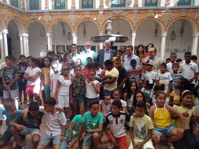 El presidente de la Diputación, Antonio Ruiz (centro), recibe a los niños saharauis